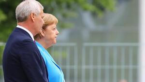 Son dakika... Almanya Başbakanı Merkel yine titredi