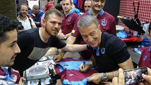Trabzonsporda başkan Ağaoğlu, forma satışı yaptı