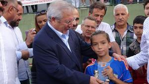 Sedat Balkanlı Turnuvası'nda şampiyona kupayı Aziz Yıldırım verdi