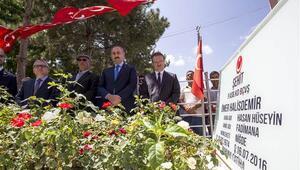 Bakan Gül, şehit Ömer Halisdemirin kabrini ziyaret etti