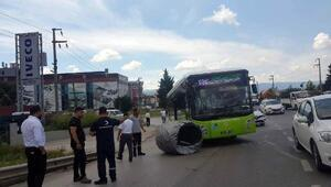 Tonlarca ağırlıktaki çelik tel otobüsün önüne düştü