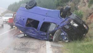 Kozanda işçi taşıyan minibüs devrildi: 1 ölü, 5 yaralı