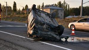 Hafif ticari araç, traktör römorkuna çarptı: 1 ölü, 1 yaralı