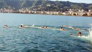 Şehitler için 3 kilometre yüzdüler