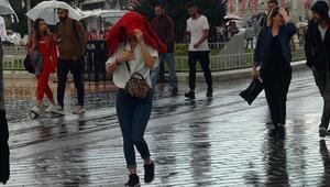 Taksimde vatandaşlar yağmura hazırlıksız yakalandı