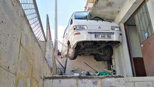 Akılalmaz kaza Minibüs yol ile balkon arasına sıkıştı