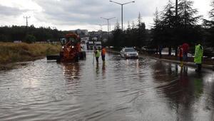Uşakta sağanak; karayolunun İzmir yönü kapandı