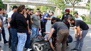 Şişlide panelvana arkadan çarpan motosikletli kurye ağır yaralandı