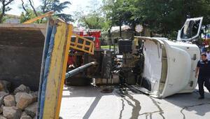 Üsküdarda hafriyat kamyonu devrildi