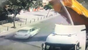 Üsküdarda taş yüklü kamyonun devrilme anı kamerada
