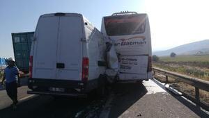 Otobüse çarpan kamyonetin sürücüsü yaralandı