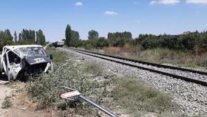 Yük treni hemzemin geçitte kamyonete çarptı: 1i ağır 5 yaralı