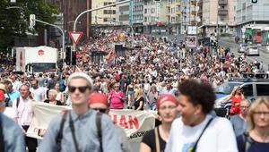 500 aşırı sağcı, 8 bin kişinin sokağa çıktığını görünce vazgeçti