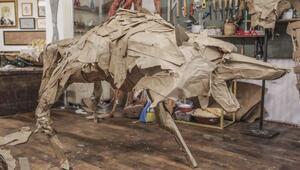 Atık kağıttan dev heykellere