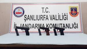 Otomobil bagajındaki 3 ruhsatsız tabancaya 2 tutuklama