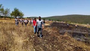 Bursada anız yangınına vatandaşlar kazma kürekle müdahale etti