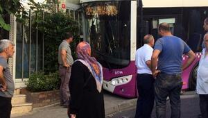 Kağıthanede halk otobüsü iş yerine çarptı