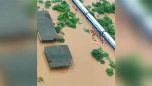 Hindistan'da 700 kişinin mahsur kaldığı tren havadan görüntülendi