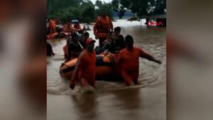 Hindistanda 700 kişi yolcu treninde mahsur kaldı