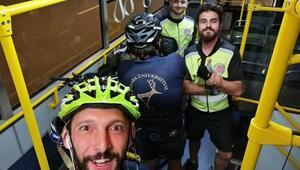 Yolda kalan bisikletlilere  başkan Yavaş'tan otobüs