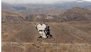 Atatürk portresinin bulunduğu alanda çıkan yangın korkuttu