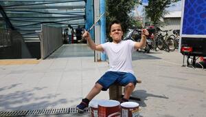 Yoğurt kovalarıyla müzik yapan engelli Alinin bateri hayali gerçek oldu