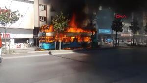 Esenyurtta çift katlı özel halk otobüsü yandı