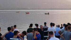 Kiraladıkları sandaldan göle düşen çocuk kayboldu