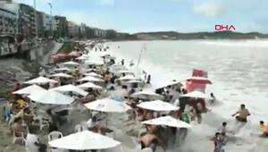 Brezilyada plajı vuran büyük dalga panik yarattı