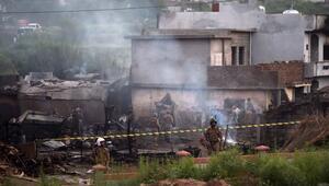 Pakistanda askeri uçak evlerin üzerine düştü: En az 17 ölü