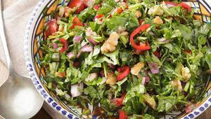 Semizotu salatası nasıl yapılır Bol malzemeli semizotu salatası tarifi