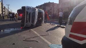 Balıkesirde servis minibüsü ile otomobil çarpıştı: 1 ölü, 12 yaralı