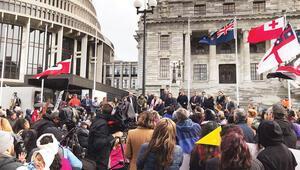 Başbakan Adern'e yerli isyanı