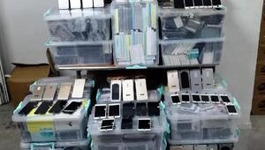 İzmirde, gümrük kaçağı cep telefonları ve aksesuarlar ele geçirildi