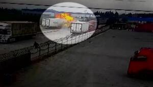 Adanada çarpışan tır ve kamyon yandı