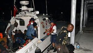 Dikilide, lastik botta 26 kaçak göçmen yakalandı