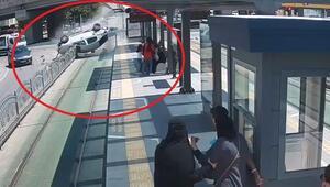 Tramvay yolunda akılalmaz kaza Yolcu dolu durağa saplandı