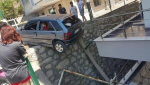 Otomobil askıda kaldı, mahsur kalan 4 kişi kurtarıldı