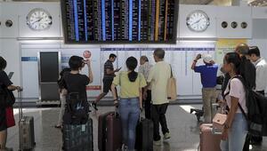 Hong Kongda grev sebebiyle 200den fazla uçuş iptal edildi