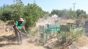 Edremit Belediyesiden bayram öncesi mezarlık temizliği