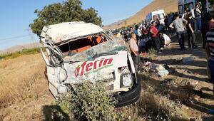 İşçi servisi ile kamyonet çarpıştı: Çok sayıda yaralı var