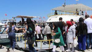 Vana gelen İranlı turistler, bayram öncesi esnafın yüzünü güldürdü