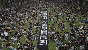 Hong Kongdaki protestolar oturma eylemiyle devam ediyor