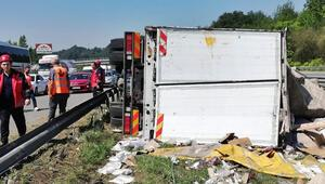 TEMde devrilen kamyondaki kıyafetler refüje saçıldı