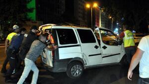 Otomobil kafeye girdi... Arkadaşını bırakıp kaçtı: Polis gelmeden gitmem gerek