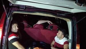 Otomobilden 15 kaçak göçmen ve 1 organizatör çıktı