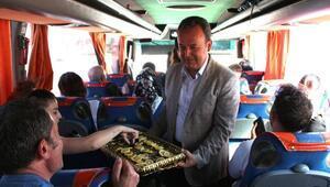 Bayram tatili için yola çıkan vatandaşlara zeytinyağlı yaprak sarması