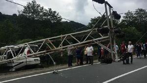 Hafif ticari araç elektrik direğine çarptı: 6 yaralı
