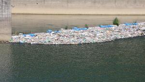 Çoruh Nehrine atılan kurban atıkları ve çöpler, kirlilik oluşturdu