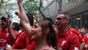 Liverpoollu taraftarlar dev maç öncesi Taksimde eğlendi
